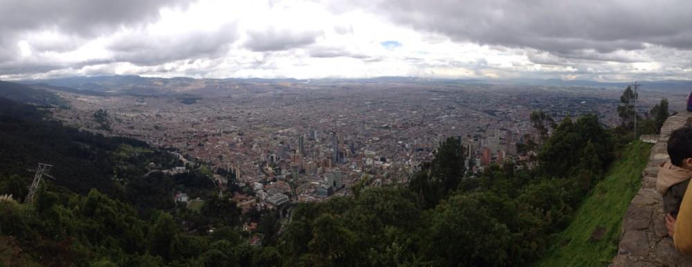 Vista de Bogotá desde Montserrate donde hay una iglesia que alberga al Cristo con el mismo nombre.